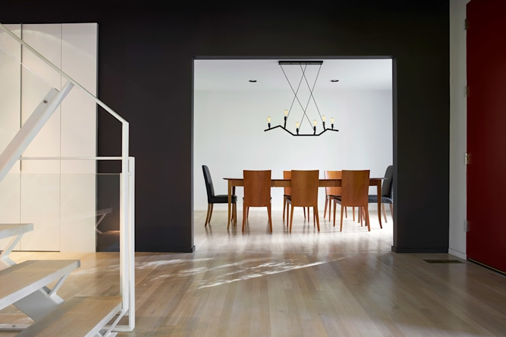 Smoky Quartz:  Dining room by KUBE Architecture