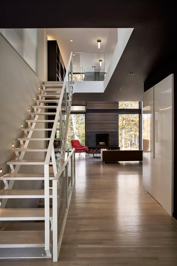 Smoky Quartz:  Corridor & hallway by KUBE Architecture