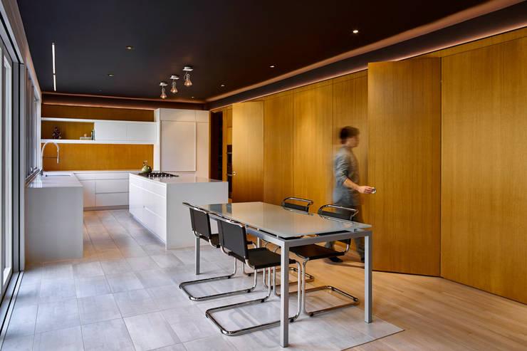 Smoky Quartz:  Kitchen by KUBE Architecture