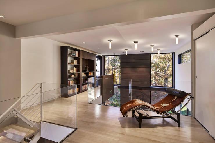 Pasillos y vestíbulos de estilo  por KUBE Architecture