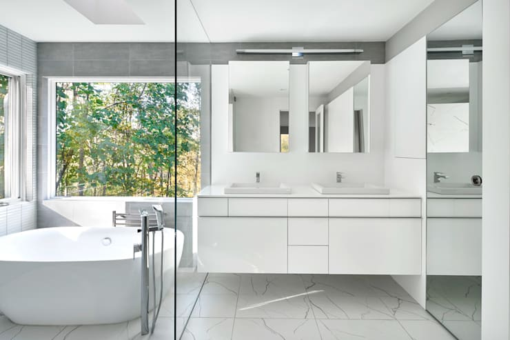 Smoky Quartz:  Bathroom by KUBE Architecture