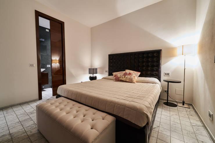 Residenza Privata A.P. - Marina di Pietrasanta: Camera da letto in stile  di Zeno Pucci+Architects
