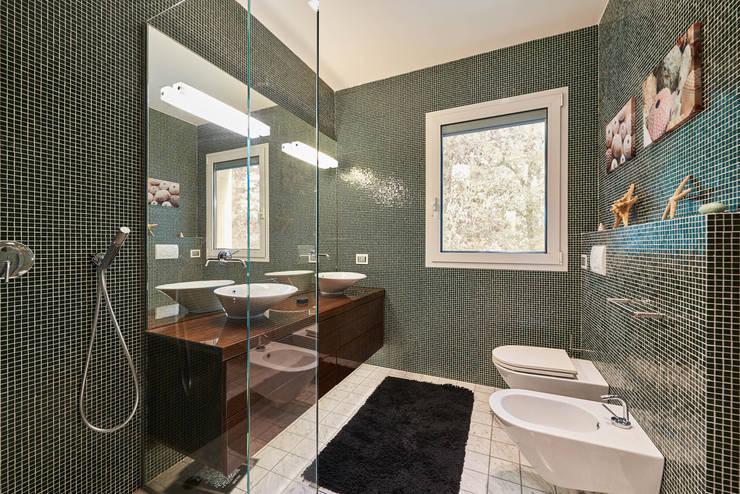 Residenza Privata A.P. - Marina di Pietrasanta: Bagno in stile  di Zeno Pucci+Architects