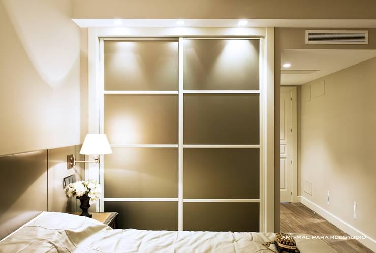 Reforma integral Vivienda Zona Bernabeu: Dormitorios de estilo  de RDestudio