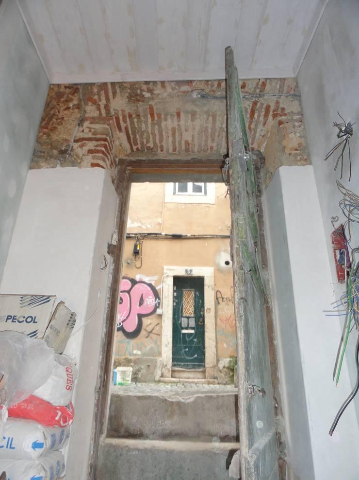 Remodelação de edifício no Bairro Alto: Salas de estar  por 2levels, Arquitetura e Engenharia, Lda