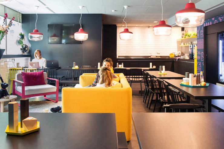 Limburgse gastvrijheid in interieur Qbic Amsterdam:  Hotels door INTER/ALTER interior architects , Modern