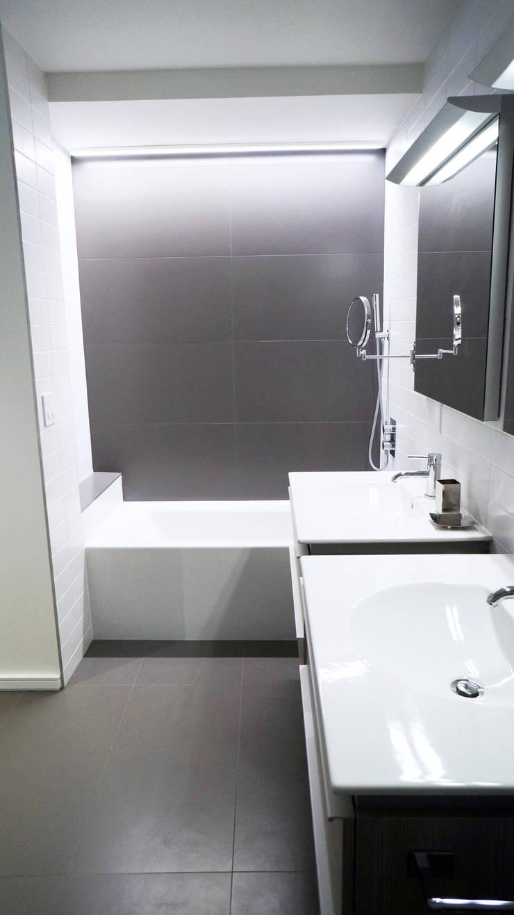Duplex Apartment Gut Renovation : modern Bathroom by Atelier036
