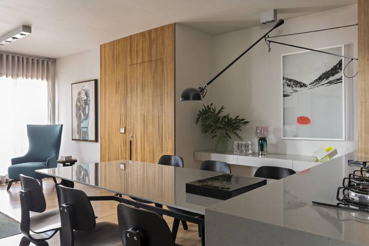 Dining room by DIEGO REVOLLO ARQUITETURA S/S LTDA.
