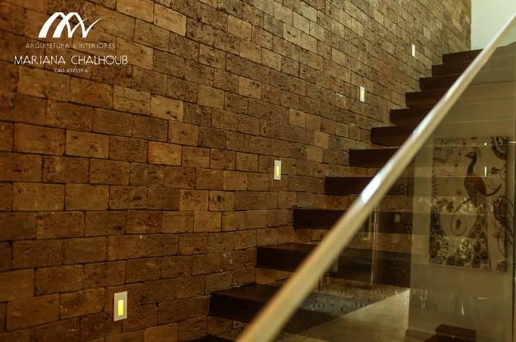 Pasillos y recibidores de estilo  por Mariana Chalhoub