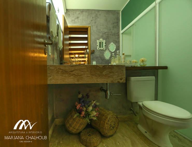 CASA DE PRAIA INDAIÁ: Banheiros  por Mariana Chalhoub