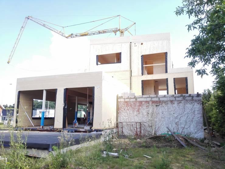 Houtmassiefbouw in uitvoering:  Huizen door AVENIRarchitecten bvba