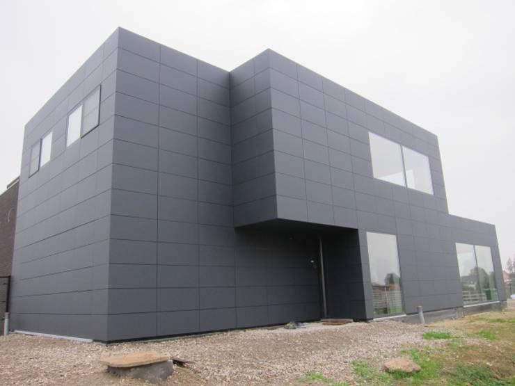 Alucobond gevelbekleding:  Huizen door AVENIRarchitecten bvba, Modern Aluminium / Zink