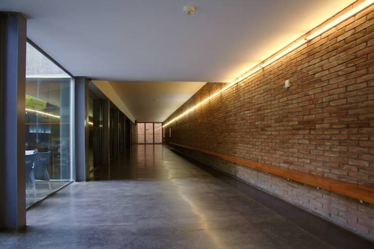 Planetário e Centro de Astrofísica do Porto: Corredores e halls de entrada  por José Soares Arquitecto LDA