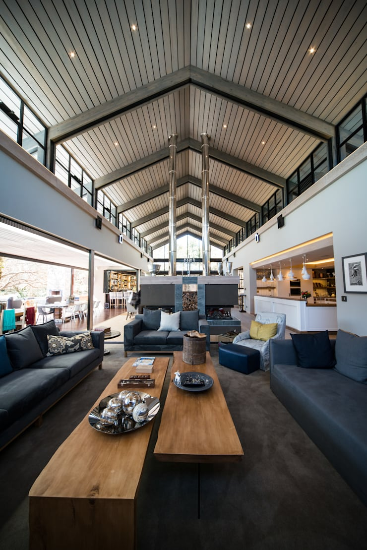 Upmarket home in Johannesburg:  Living room by Kim H Interior Design, Eclectic
