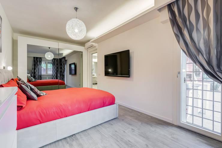 Colleverde_minimal design: Camera da letto in stile  di EF_Archidesign