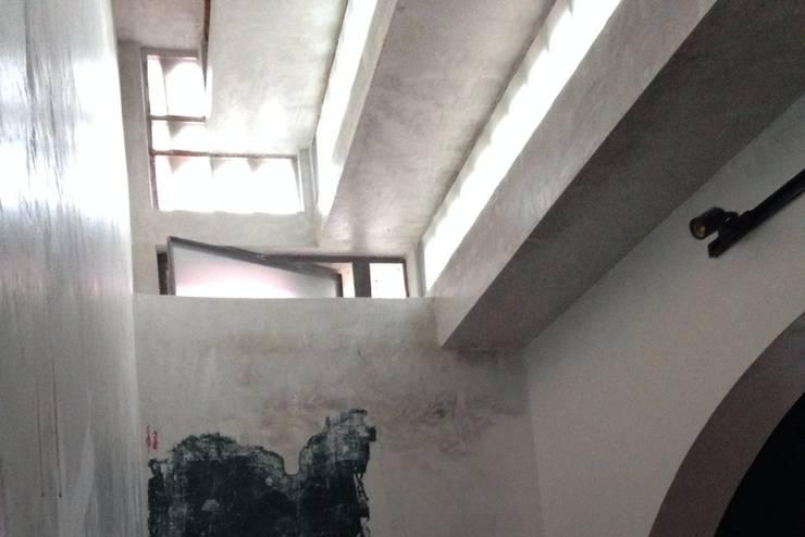 Colocación de loseta de barro tipo arlequín: Estudios y oficinas de estilo  por L&G Arquitectos