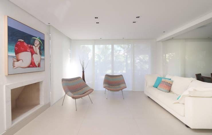89972841eb618 Living com lareira  Casas por RAWI Arquitetura + Interiores