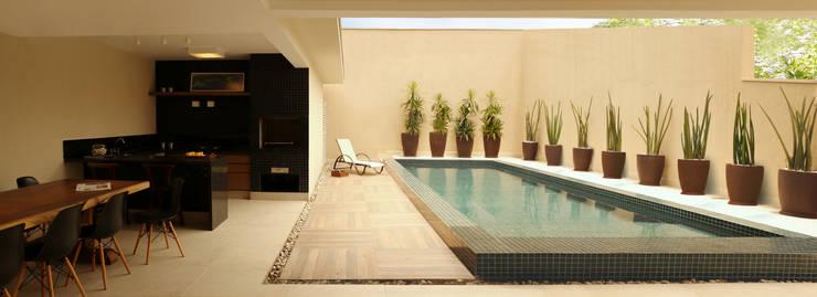 2d77614b53e57 Varanda gourmet com piscina  Piscinas por RAWI Arquitetura + Interiores