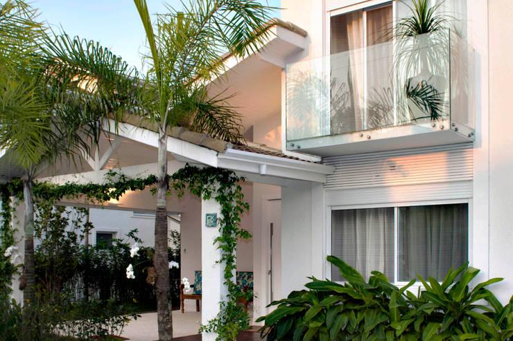 bf754e0b72238 Fachada ganhou novo terraço com guarda-corpo em vidro  Casas por RAWI  Arquitetura +
