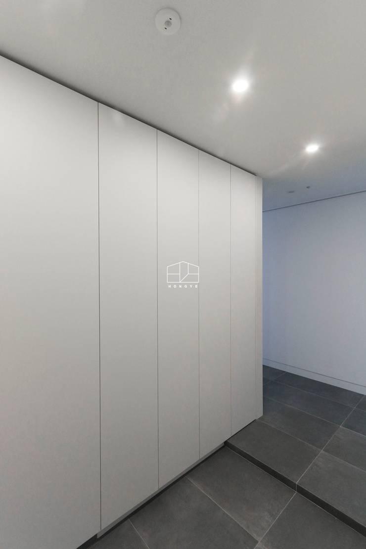 Couloir et hall d'entrée de style  par 홍예디자인