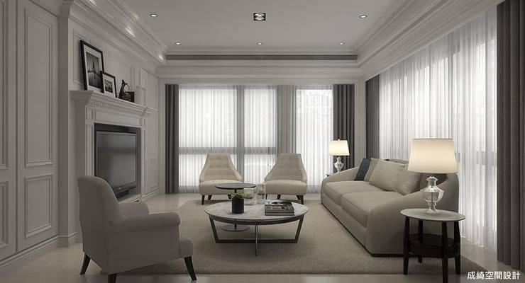 新古典的白色浪漫:  客廳 by 成綺空間設計