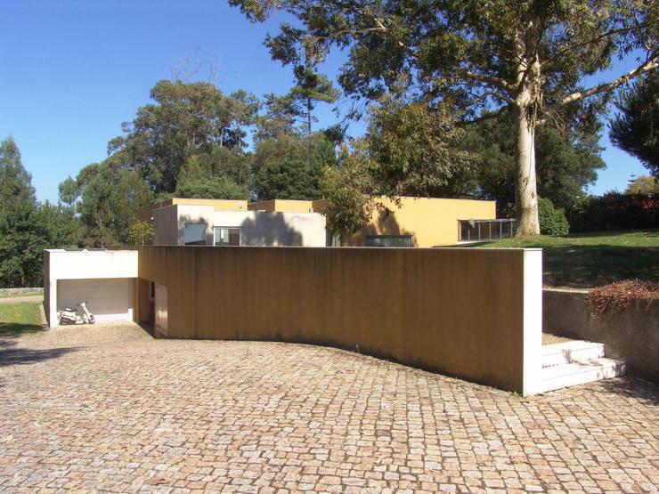 Casa na Praia da Madalena: Casas  por José Soares Arquitecto LDA