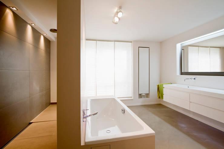 Penthouse in Frankfurt: moderne Badezimmer von innen_architekten BALS + WIRTH