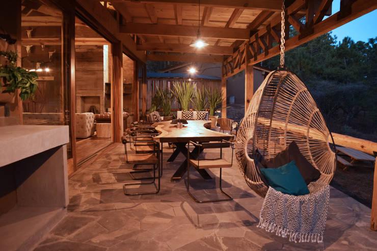 CABAÑA EN TAPALPA: Terrazas de estilo  por MORADA CUATRO