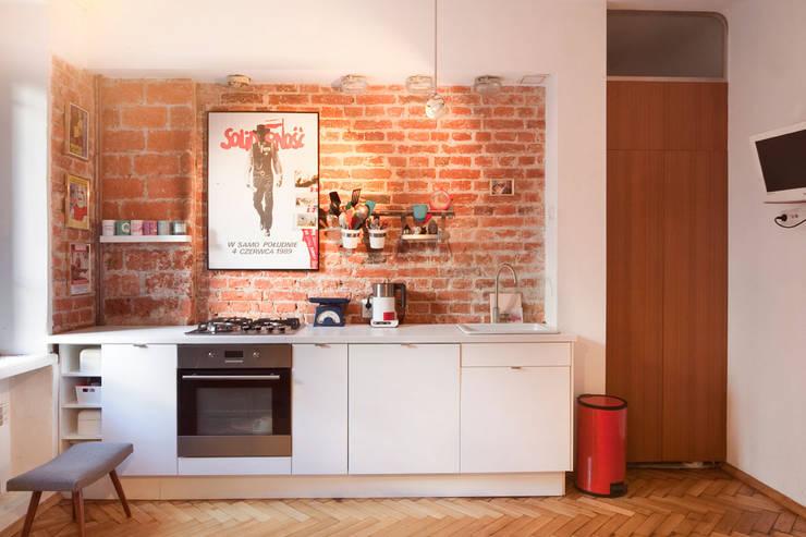 Doskonałe połączenie stylów w polskiej wersji na warszawskim Powiślu: styl , w kategorii Kuchnia zaprojektowany przez En Casa Premium Real Estate