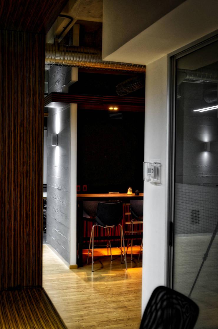 Pasillo-02: Pasillos y recibidores de estilo  por ArqCubo