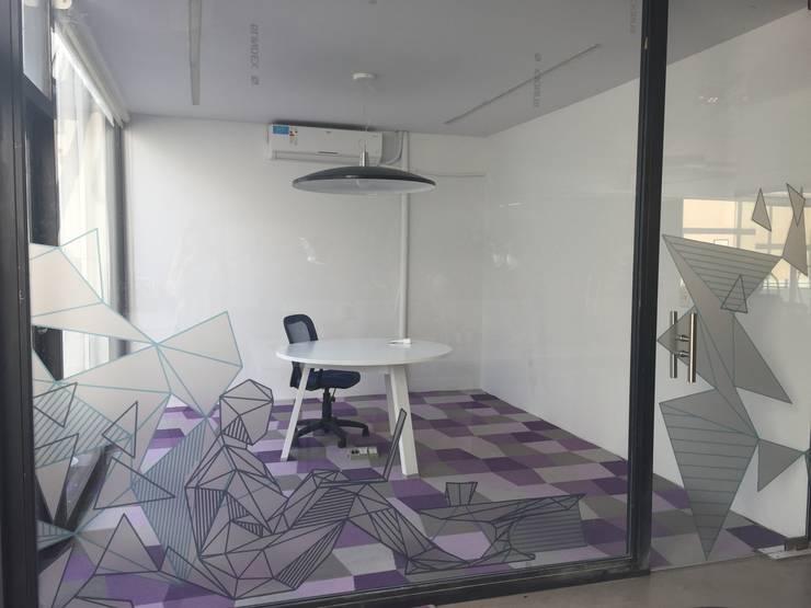 Oficinas Navent : Oficinas y Tiendas de estilo  por Estudio CRUDO