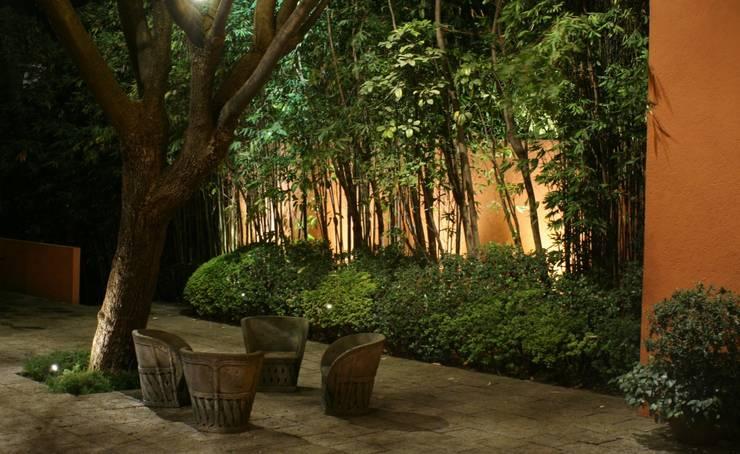 Iluminación en jardín.: Jardines de estilo  por Fiat Lux
