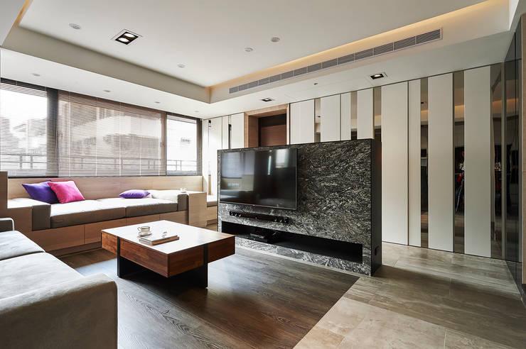 銀白相襯的玄關櫃轉化成客廳裝飾牆:  客廳 by 青瓷設計工程有限公司