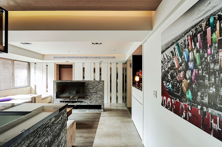 木紋磚與木地板搭配鋪陳地坪:  客廳 by 青瓷設計工程有限公司