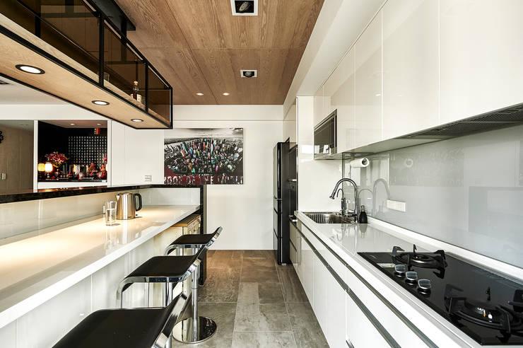 330CM吧台桌滿足用餐需求:  廚房 by 青瓷設計工程有限公司