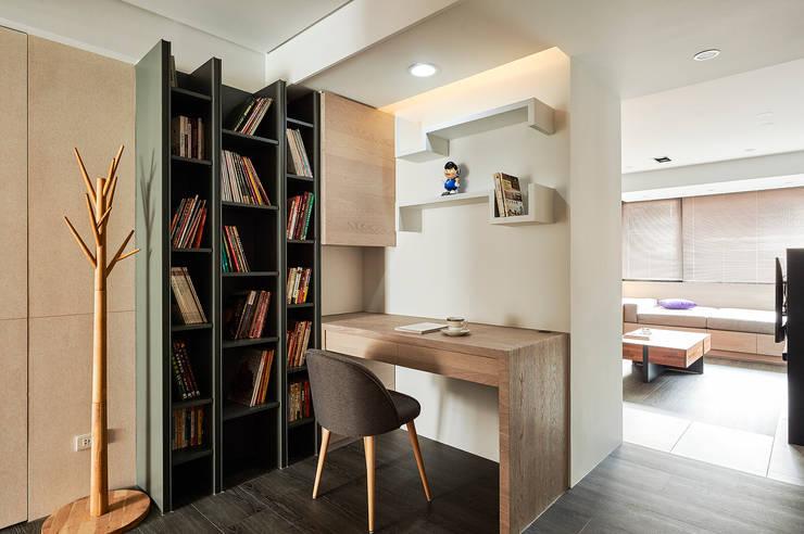 走道變閱讀區,讓動線不無聊:  書房/辦公室 by 青瓷設計工程有限公司