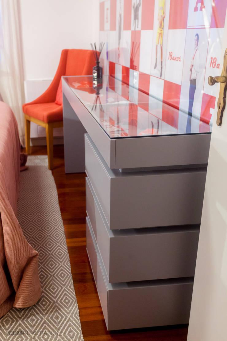 Detalhe do design da secretária expositor: Quartos  por Teresa Vazquez - Design de Interiores e Decoração, Lda