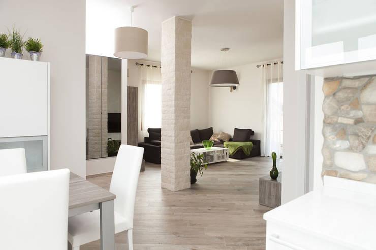 Mobili fatti su misura per soggiorno moderno con zona pranzo integrata: Sala da pranzo in stile  di Semprelegno