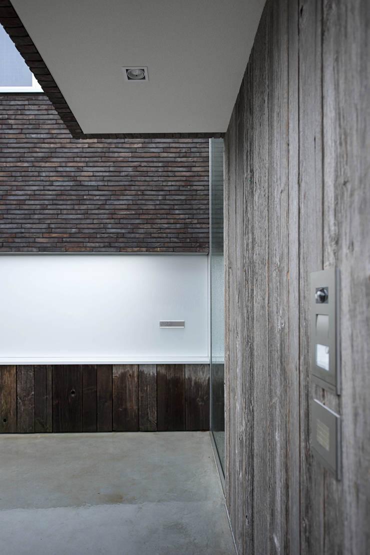 Overdekte entree:  Huizen door Lab32 architecten