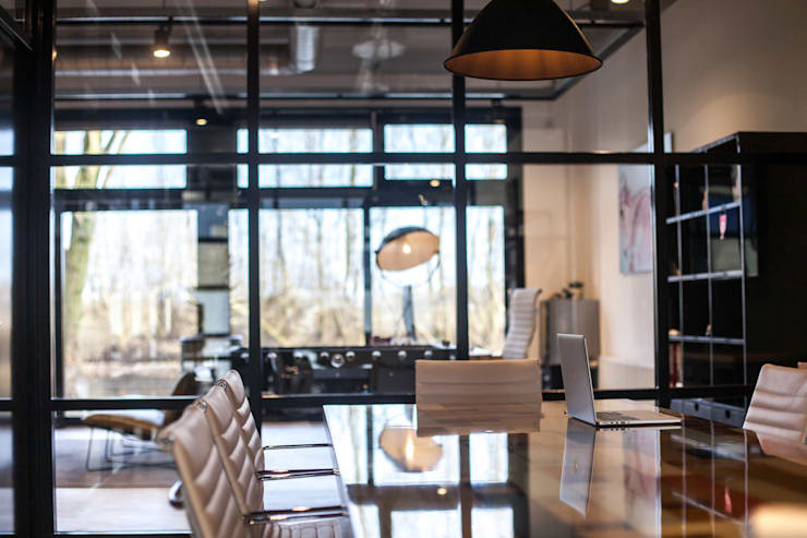 Overlegruimte:   door Bob Romijnders Architectuur & Interieur, Industrieel