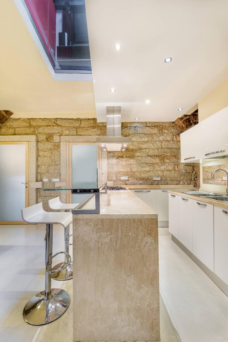 Casa <q>Ale</q> tra luce e granito: Cucina in stile  di MAMESTUDIO
