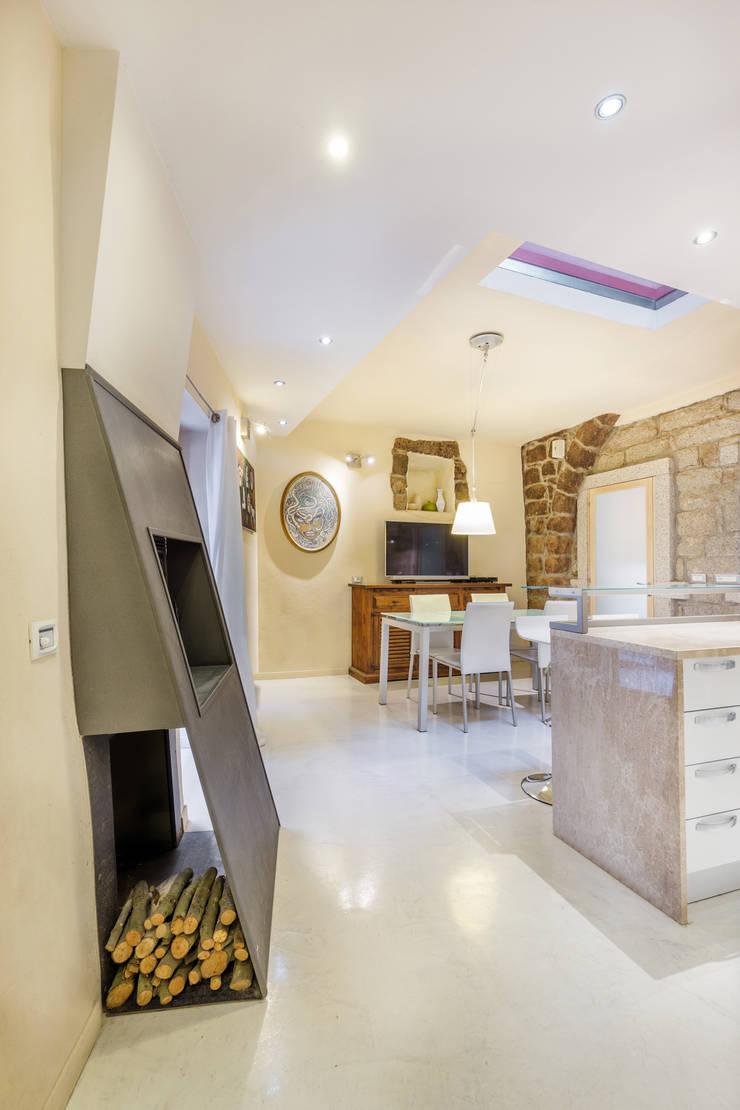 Casa <q>Ale</q> tra luce e granito: Sala da pranzo in stile  di MAMESTUDIO