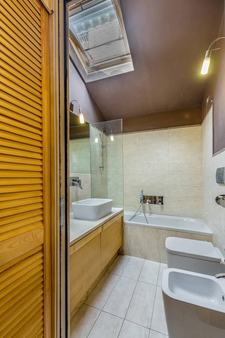Casa <q>Ale</q> tra luce e granito: Bagno in stile  di MAMESTUDIO