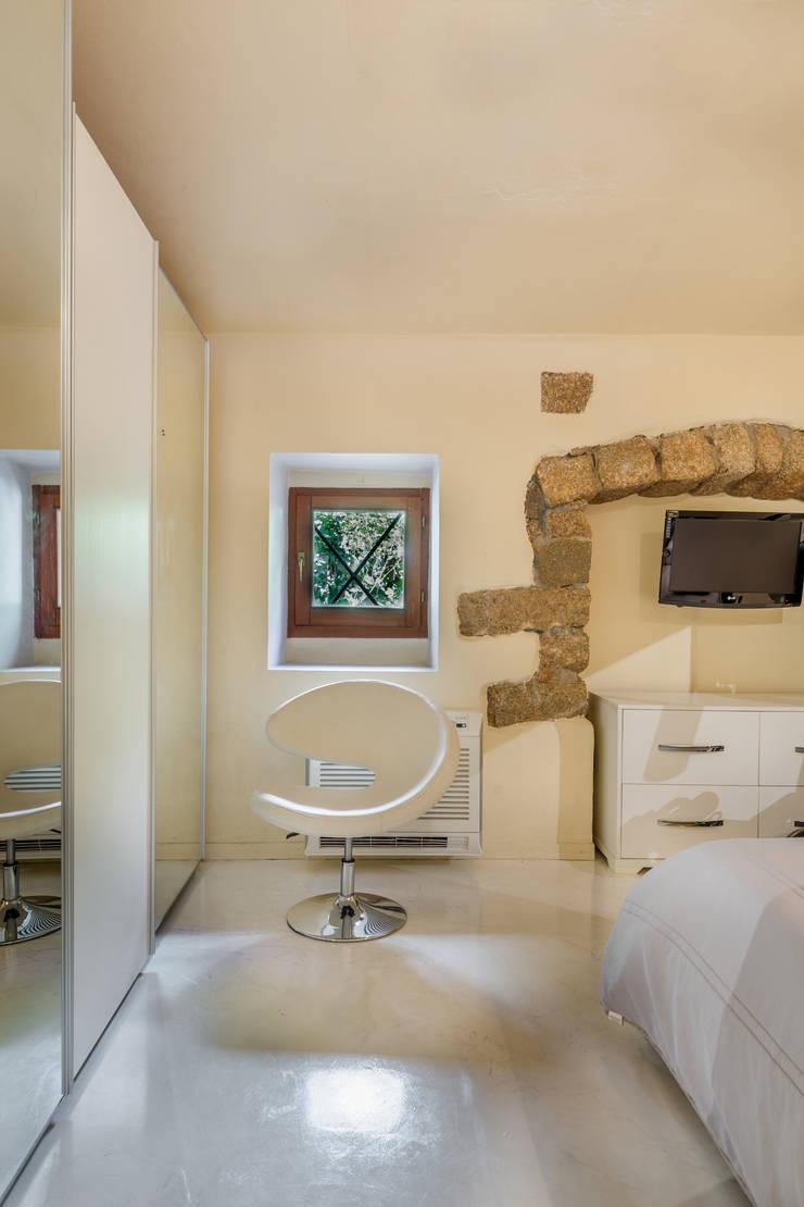 Casa <q>Ale</q> tra luce e granito: Camera da letto in stile  di MAMESTUDIO
