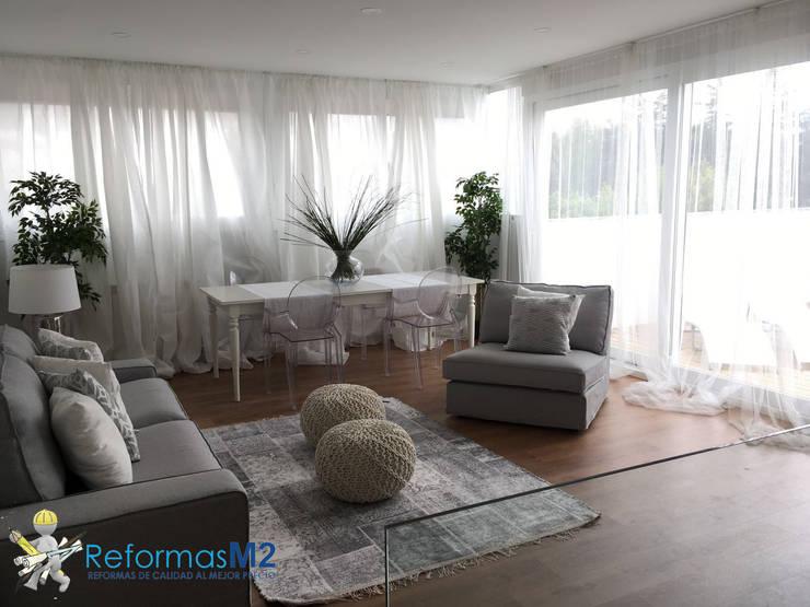 M2 Reformas_ salón luminoso: Salones de estilo  de ReformasM2