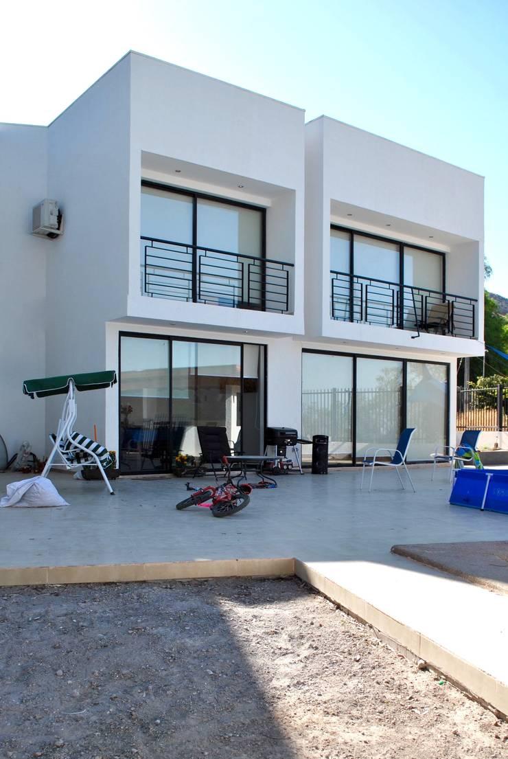 Casa Lomas: Casas de estilo  por AtelierStudio