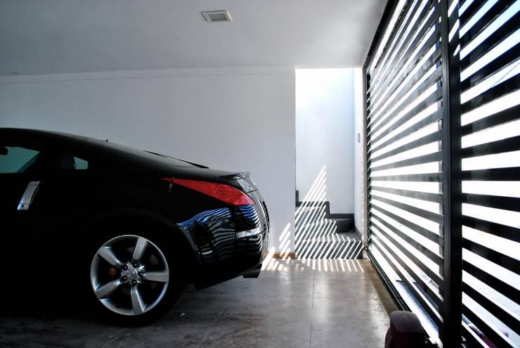 Casa Lomas: Paredes de estilo  por AtelierStudio