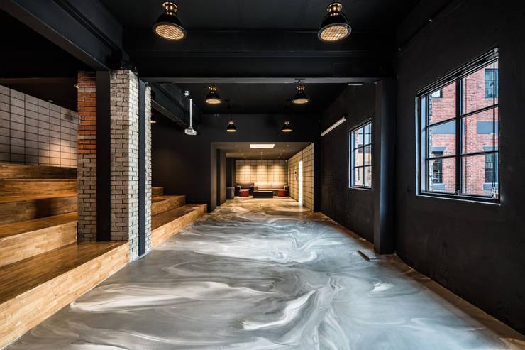 스타트업사무실_(주)미팩토리: 디자인사무실의  회사,모던 콘크리트