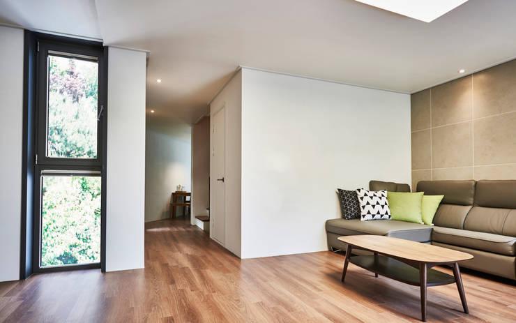 LEE 협소(소형)주택: 디자인사무실의  거실,모던