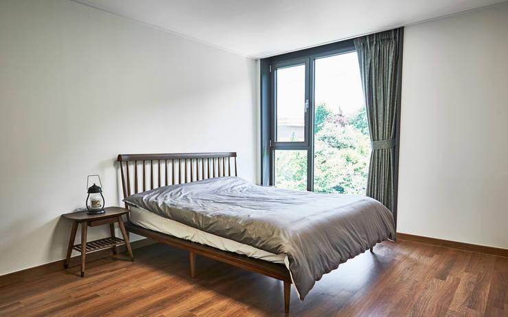 LEE 협소(소형)주택: 디자인사무실의  침실,모던